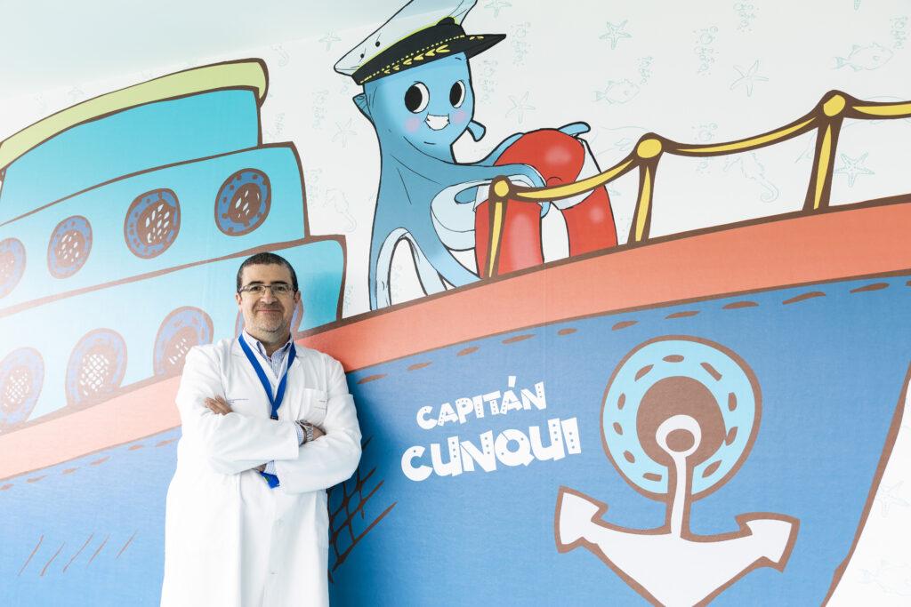 Le capitaine Cunqui et ses marins arrivent à l'unité d'hospitalisation pédiatrique de l'hôpital ÁlvaroCunqueiro.